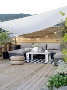 ideen für Terrassengestaltung mit Holz-Terrassenbelag, Beleuchtung mit Lichterk… Ideas for terrace design with wooden terrace covering, lighting with fairy lights 44 summer party decoration cool ideas for little onesSee the photo of Blu Exterior Design, Outdoor Decor, Small Terrace, Patio Design, Terrace Design, Wooden Terrace, Outdoor Design
