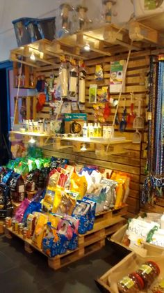 Productos alimenticios para tu Mascota Dog Grooming Shop, Dog Grooming Salons, Dog Shop, Pet Store Display, Pet Food Store, Dog Kennel Designs, Cat Hotel, Pet Boutique, Dog Houses