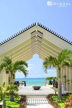 はいむるぶしビーチテラスのエントランスを抜けると…、そこはパラダイス! テラスからは黒島や竹富島、新城島などの島々を望むことができる最高のロケーションです。