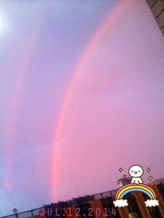 昨日の話だけど、夕方に家族が見舞いに来て帰ろうとした時、 病室の窓の外にすっごく綺麗で鮮やかな大きな虹が目に飛び込んだ! よ~く見ると Double Rainbow = 二重の虹! ( ☆∀☆)  写真では外側の虹がよく見えないけど、 7色の配列が内側と逆配列。  Hawaiiでは Double Rainbow を見ると幸せになれる、 願い事がかなう、luckyと言われてる♪ Hawaii州の車の Number Plate は虹のデザインだね。  あ、昨日は虹に向かって色々願い事したけど、 まずは「早く怪我治りますように」と拝んじゃったよ。           #虹 #rainbow