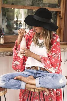 hippie style 509891989052329505 - Jean hippie sans chaussure chemise hippie mode kimono rouge fleurie belle tenue hippie chic Source by archzinefr Look Hippie Chic, Look Boho, Bohemian Style, Bohemian Outfit, Modern Bohemian, Boho Gypsy, Bohemian Summer, Hippie Bohemian, Bohemian Clothing