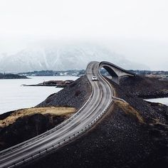 Quem gostava de fazer uma roadtrip pela estrada Atlantic na Noruega? #norway #noruega #instagood #photooftheday #beautiful #travel #traveling #vacation #instatravel #trip #holiday