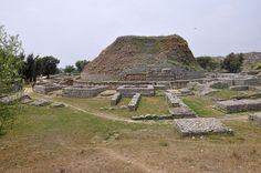 B. Der buddhistische Klosterkomplex Dharmarajika in Taxila mit dem großen Stupa, dessen älteste Bauphase vermutlich noch in die Zeit des Maurya-Herrschers Aschoka (reg. 268–232 v. Chr.) datiert (©: Nasim Khan)