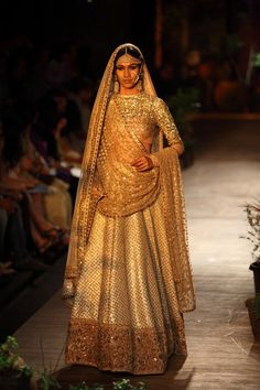 The most unique & gorgeous lehenga dupatta draping styles that'll amp up your entire wedding look. Learn how to drape lehenga dupatta in different styles. Easy and simple ways to drap a lehenga dupatta to look more stylish. Indian Dresses, Indian Outfits, Bridal Outfits, Bridal Dresses, Sabyasachi Collection, Bridal Dupatta, Lehenga Wedding, Lehenga Saree, Gold Lehenga