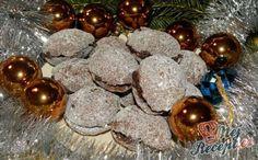Plněné oříšky | NejRecept.cz Christmas Wreaths, Christmas Bulbs, Holiday Decor, Fours, Cookies, Author, Crack Crackers, Holiday Burlap Wreath, Biscuits