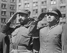 Фидель Кастро и Аугусто Пиночет. 1971-й год. Визит Фиделя в Сантьяго, командующий гарнизоном Сантьяго генерал Аугусто Пиночет салютует поднимающемуся кубинскому флагу - в честь высокого гостя. Кровавый чилийский переворот и смерть Альенде будут двумя годами позже.