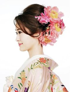 Beauty - is a combination of physical attractiveness, personality, culture, and intelligence that. Japanese Wedding Kimono, Japanese Kimono, Japanese Fashion, Traditional Kimono, Traditional Outfits, Japanese Hairstyle Traditional, Floral Headdress, Kimono Japan, Hair Arrange