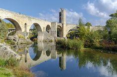 Besalu_cataluna, en Girona,de origen medieval que se desarrolló alrededor del Castillo de Besalú, documentado a principios del siglo X. Otros puntos de interés del municipio son el Pont Vell, S. XI; el monasterio de Sant Pere del s. X o la Casa Cornellà, edificio románico.