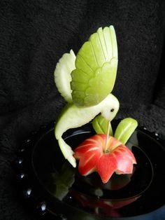 sculpture sur fruit - un colibri en tranches de pomme verte et une fleur en pomme rouge