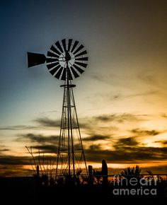I was waiting for the right conditions of the windmill to be facing East and the clouds on the horizon to get a nice sunset with the silhouette of the windmill.