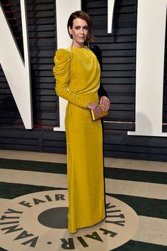 Sarah Paulson es una de nuestras favoritas con este vestido de terciopelo bicolor de Ronald van der Kemp.