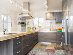 cuisine-bois-massif-plan-travail-bois-massif-blond-armoires-bois-grisâtre-carreaux-ciment