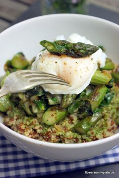 quinoa with asparagus, basil vinaigrette, and a poached egg -- in GERMAN!