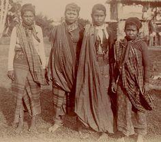 Group of Tiruraye women : Cotabato, Mindanao. 1901. Credit: Dean C. Worcester.
