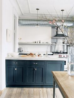 White kitchen with dark blue cabinets the home of Jenna Lyons Modern Farmhouse Kitchens, Black Kitchens, Home Kitchens, Industrial Kitchens, Kitchen Black, Industrial Style, Industrial Design, Brass Kitchen, Industrial Farmhouse