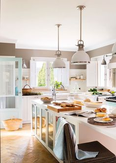 〚 Old summer houses in Spain returns to life 〛 ◾ Photos ◾Ideas◾ Design Family Kitchen, Kitchen Nook, Home Decor Kitchen, Kitchen Furniture, Kitchen Dining, Beach House Kitchens, Home Kitchens, Kitchen Interior Inspiration, Modern Classic Interior