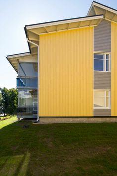 Pirteä keltainen ja hillitty harmaa leikittelevät seinässä. Tuotteena Siparila Topcoat viistetty UTV-muoto.