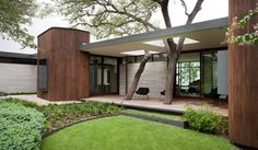Japanese and Modernist Architecture Come Together in Kidosaki's Yokouchi Residence Modern house - Wilmington Gordon architects - exterior Mid Century Modern Design, Modern House Design, Modern Interior Design, Mid Century Modern Houses, Modern House Styles, Modern Home Exteriors, Coastal Interior, Modern Coastal, Modern Homes