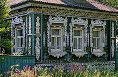 [RUSSIA.GOLDENRING 26.152] 'Explosion of woodcarving.'  Some of Russia's izba's (traditional houses) are so lavishly decorated with woodc...