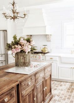 Chic Kitchen French Vintage home - Simply French Market tour in today's post with a home combining farmhouse, shabby chic and French styles all in a 90 year old Florida home. Cozinha Shabby Chic, Shabby Chic Kitchen, Shabby Chic Homes, Home Decor Kitchen, Shabby Chic Decor, Kitchen Ideas, Kitchen Inspiration, Diy Kitchen, Kitchen Cabinets