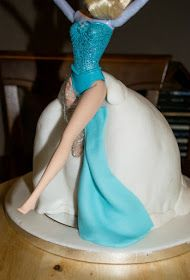 Step by step tutorial. Muñeca Elsa Frozen, Birthday Cake Video, Elsa Doll Cake, Buttercream Techniques, Chef Cake, Elsa Cakes, Barbie Cake, Cake Videos, Cake Tutorial