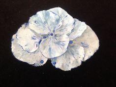 Broche azul y blanco