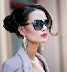 The class of this woman makes me turn my head !!! Beautiful !!! Hair, makeup, accessories, colors (red lips as the passion of a deep kiss !!!) …. it is a celebration of beauty and seduction !!! (Chloe Sissi)