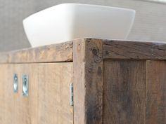 Wie hout in de badkamer wil hebben moet zeker de badkamermeubels van RestyleXL bekijken. De geschiedenis is van het hout af te lezen.