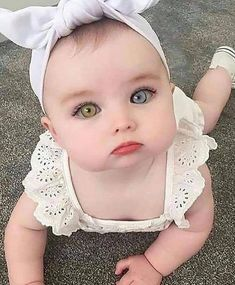 Every parent would be proud to have beautiful babies. Although the baby is cute in the eyes of his parents! You do not have to worry anymore. This legendary secret will help you put the odds. Cute Little Baby, Baby Kind, Pretty Baby, Pretty Eyes, Little Babies, Baby Love, Cute Kids Pics, Cute Baby Girl Pictures, Baby Girl Images