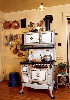 REAL LIFE INSPIRATION: A reproduction 1914 American Bungalow kitchen - it took a house call by the appliance restorer to make fine adjustments to the gas valves on the 1905 Orbon stove. Antique Kitchen Stoves, Antique Wood Stove, Old Kitchen, Country Kitchen, Kitchen Decor, Arts And Crafts House, Home Crafts, Cuisinières Vintage, Alter Herd