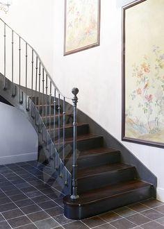 Photo DT122 - ESCA'DROIT® 2/4 Tournants. Escalier d'intérieur balancé style 'bistrot' en métal et bois pour une décoration classique de caractère.