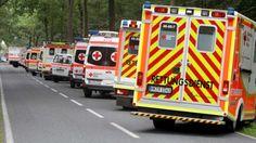 Zahlreiche Rettungswagen und Notärzte sind in Handeloh (Niedersachsen) nahe eines Tagungszentrums im Einsatz