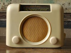 A 'Bush' white bakelite radio. Arthur likes the shape of this one but prefers bright colored technology whenever possible. Filipino House, Retro Radios, Antique Radio, Record Players, Architectural Antiques, Accent Colors, Art Deco Fashion, Cool Art, Retro Vintage