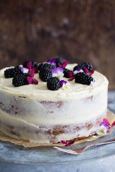 Saftig banankake med kremostglasur – Ida Gran-Jansen Delicious Cake Recipes, Yummy Cakes, Tiramisu, Cheesecake, Food And Drink, Ethnic Recipes, Desserts, Caramel, Tailgate Desserts
