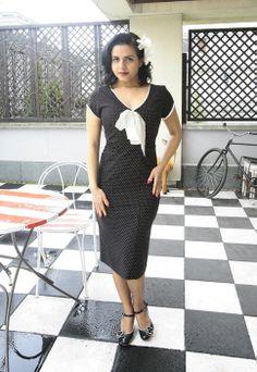 Sukienka Retro - Veronica. Czarna w biae kropeczki, wykonana z niezywkle ciągliwej i niegniotącej się tkaniny.  http://www.raspberryheels.com/shop/produkt,pl,women,jacqueline-%5Bpewter%5D.html