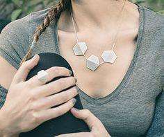 Joyas de diseño en plata mate con formas geométricas hexagonales