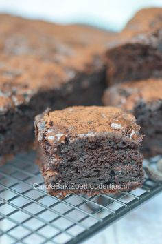 Brownie with of fat, low sugar but banana and applesauce. Healthy Bars, Healthy Baking, Healthy Food, Good Food, Yummy Food, Breakfast Bake, Low Sugar, No Bake Cake, Delicious Desserts