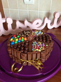 3 chocolats avec kitkat m&m's maltesers smarties kinder bueno ferrero kitkat ball Cake Cookies, Cupcake Cakes, Cupcakes Lindos, Super Torte, Cakes And More, Yummy Cakes, Cake Designs, Amazing Cakes, Chocolate Cake