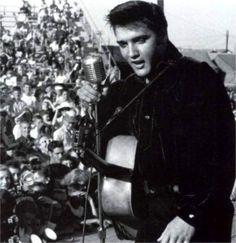 Tupelo september 1956 afternoon show Dark blue velvet shirt Cissy Houston, Young Elvis, Elvis Presley Photos, Chuck Berry, Country Music Stars, George Clooney, Clint Eastwood, Graceland, Johnny Depp