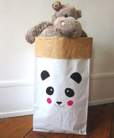 """Amusant, pratique et écologique : ranger deviendra un jeu pour vos enfants!Ce sac ultra-résistant est idéal pour ranger les jouets, les doudous et tout le ptit bazar de vos bouts de choux.Illustration et sticker """"panda"""" monpetitZoRéoL.Made in France.Durable, réutilisable, ce sac peut supporter jusqu'a 65kg. Sac résistant à la déchirure et l'éclatement.Couleur : extérieur kraft blanc lisse / intérieur couleur kraft havane.Composé de deux ..."""