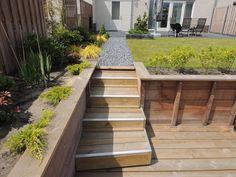Reeds hebben wij met trots weer een prachtige achtertuin opgeleverd, deze tuin gelegen aan het water met een strak design. Ook hebben wij de complete tuinaanleg verzorgt aan de voorkant van het hui…