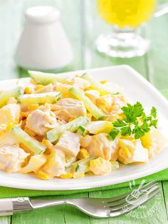 Insalata di pollo con uova, cetrioli e mais: un piatto unico ricco ma leggero, che risolve in modo originale il pranzo e che può fare da lunch box!