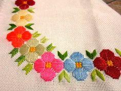 Flores sobre cuadricula Hardanger Embroidery, Rose Embroidery, Hand Embroidery Designs, Embroidery Patterns, Cross Stitch Art, Cross Stitch Designs, Cross Stitching, Bordados Tambour, Moss Stitch
