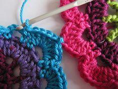 Joining Instruction for Crochet Motifs. Motif Mandala Crochet, Crochet Motifs, Form Crochet, Crochet Flower Patterns, Crochet Flowers, Crochet Stitches, Crochet Hooks, Knitting Patterns, Lion Crochet