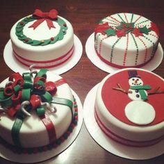 Cake to make your Christmas evening feel special desserts,de Mini Christmas Cakes, Christmas Cake Designs, Christmas Cake Decorations, Christmas Sweets, Holiday Cakes, Christmas Cooking, Xmas Cakes, Mini Cakes, Cupcake Cakes
