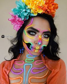 Spooky season is here and there are many beautiful Halloween makeup looks to make you look scarily gorgeous. Here are the genius sexy Halloween beauty Beautiful Halloween Makeup, Cat Halloween Makeup, Halloween Looks, Cat Makeup, Doll Makeup, Makeup Box, Halloween Makeup Tutorials, Eyeshadow Makeup, Eyeshadow Palette