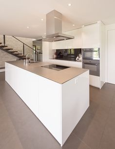 Moderne Küche in weiss. Home Decor Kitchen, Kitchen Living, Kitchen Interior, Bespoke Kitchens, Luxury Kitchens, Open Plan Kitchen Diner, White Marble Kitchen, Shaker Style Kitchens, Kitchen Installation