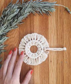 Clay Christmas Decorations, Christmas Baubles, Christmas Crafts, Bohemian Christmas, Macrame Mirror, Macrame Design, Macrame Projects, Macrame Patterns, Cedar Wood