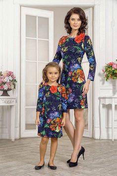 Vestido de Festa Infantil. Um modelo mais descontraído e feito exatamente com a mesma estampa. Repare que o comprimento das mangas da mãe e da filha são na mesma altura. Despojado, com corte elegante e lindo. Fonte Etsy