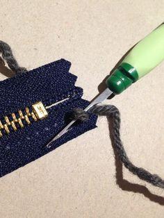 english instructions at bottom of site. Adding a zipper to your knitting. Frog Knitting: Att sy i dragkedjor / Installing zippers Beginner Knitting Patterns, Sweater Knitting Patterns, Knitting For Beginners, Loom Knitting, Knitting Stitches, Knitting Projects, Crochet Quilt, Diy Crochet, Crochet Handbags